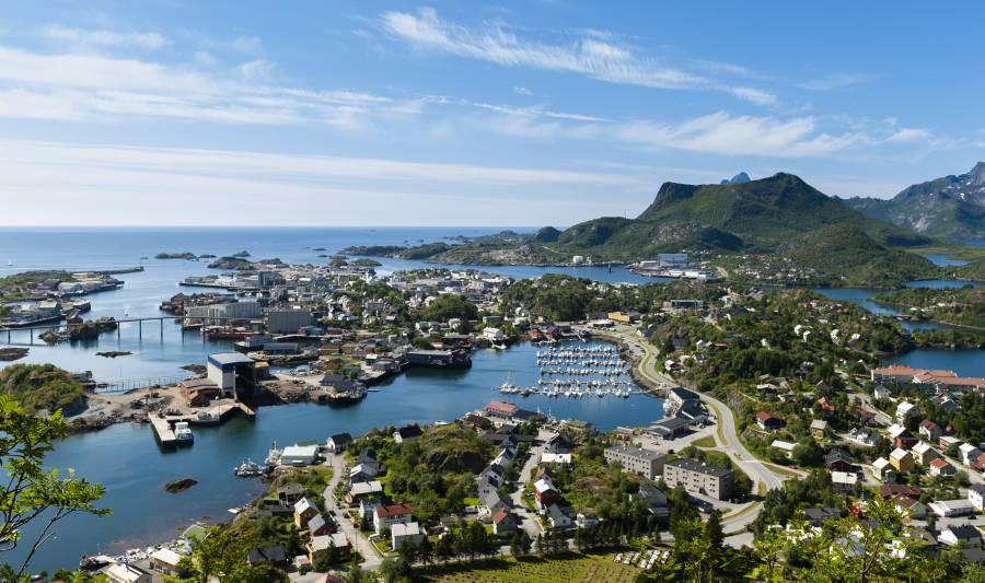 Byen Svolvær med Marina Hotel Lofoten litt til høre for midten