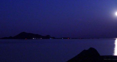 Fullmånen har nettopp passert øya Skrova i Lofoten